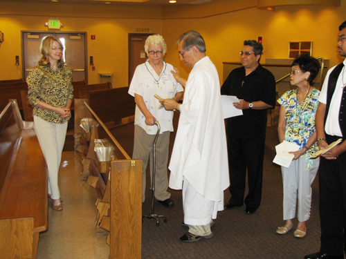 new_oblate_associate_mary_lou_jacivicz_receives_the_oblate_cross_from_fr_jose_arong_omi